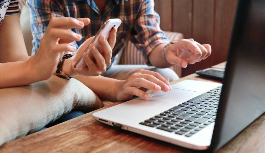 laptop_couple_homebuying